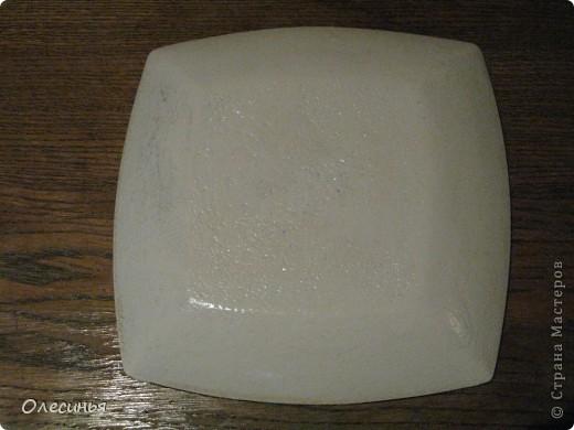 Для работы понадобится: •Чистая, обезжиренная тарелка •3-х слойная салфеточка •клей для декупажа  •акриловая краска •обычные салфетки •краски для марморирования •акриловые лак •уайт-спирит •ёмкость с водой для марморирования  фото 9