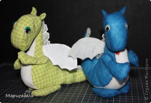 После долгих проб и ошибок родились вот такие милые дракончики.  Шила в ручную из трикотажной ткани. Наполняла зеленого ватой, но не понравилась, поэтому для синего купила синтепон. фото 1