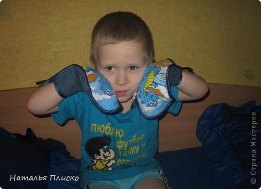 В детский сад попросили принести для ребёнка какие-нибудь махровые рукавички для растираний во время закаливания. Готовых у меня не было, решила сшить их по принципу прихваток, с одной стороны махровое полотенце, с другой - весёленькая ткань. фото 4