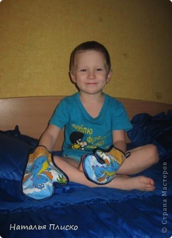 В детский сад попросили принести для ребёнка какие-нибудь махровые рукавички для растираний во время закаливания. Готовых у меня не было, решила сшить их по принципу прихваток, с одной стороны махровое полотенце, с другой - весёленькая ткань. фото 5