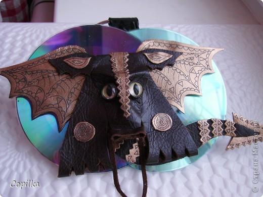 Это получился дракончик из дисков и пивных банок фото 3