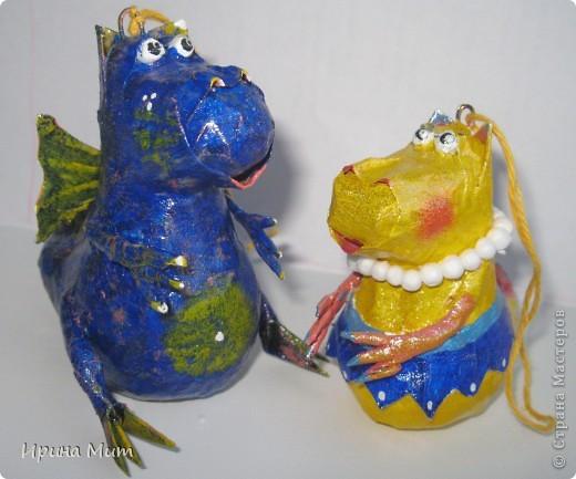 Дракоши выполнены с пятилетним ребенком в технике папье-маше. Прототип этих драконов взят у Татьяны Сысоевой -  https://stranamasterov.ru/node/249555. Спасибо ей за идею и МК! фото 1