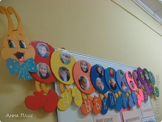 """Здравствуйте уважаемые МАСТЕРИЦЫ! В нашей школе №806 г.Москвы , объявили всеобщий конкурс УЛЫБОК. Моя дочечка учится в 1""""А"""" классе и все детки у нас в классе ну очень улыбчивые! Я думала, думала и решила сделать 40-ножку (правда ей не хватило почти половины ножек :), т.к. она получилась очень длиннннющая бы). За основу для своей идеи я взяла гусенечку сделанную рукодельницей СМ super light77 https://stranamasterov.ru/node/88028, за что ей огромное спасибо! Только свою """"кругляшку"""" я изменила, сделав ее из пенопластовых потолочных плит и пленки самоклейки, плюс лапки опустила вниз и перерисовала мордочку, все это добавив фотографиями наших улыбающихся детей. фото 4"""