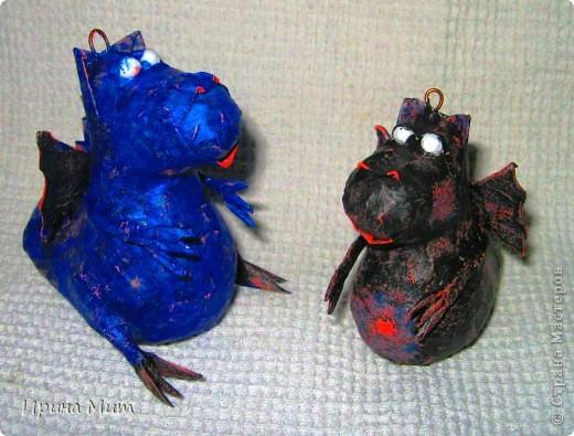 Дракоши выполнены с пятилетним ребенком в технике папье-маше. Прототип этих драконов взят у Татьяны Сысоевой -  https://stranamasterov.ru/node/249555. Спасибо ей за идею и МК! фото 3