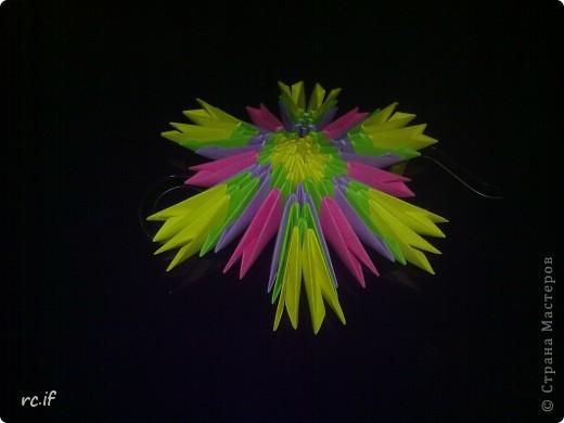 В детском саду попросили сделать ёлочную игрушку своими руками. Много разных идей у меня было, но в итоге я остановилась на такой вот снежинке. Дочка тоже в восторге от модульного оригами фото 4