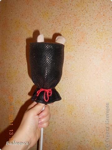 """Кукла для игры.Можно создать целую театральную труппу.Делается просто.Оформить голову надеть ее на палочку длинную,сшить рубаху,пришить ее к голове,  пришить руки.Отрезать от пластиковой бутылке верхнюю часть,обернуть ее тканью(сшить) сверху закрепить ткань(можно приклеить),снизу завязать.Вставить палочку с куклой в """"корзиночку"""".Рубаху пришить изнутри к """"корзиночке"""". фото 4"""