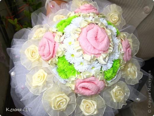 Здравствуйте, жители страны мастеров. в июне 2011 года выходила замуж моя младшая сестренка. Этот свадебный букетик был сделан по этому поводу.   фото 1