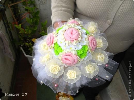 Здравствуйте, жители страны мастеров. в июне 2011 года выходила замуж моя младшая сестренка. Этот свадебный букетик был сделан по этому поводу.   фото 3