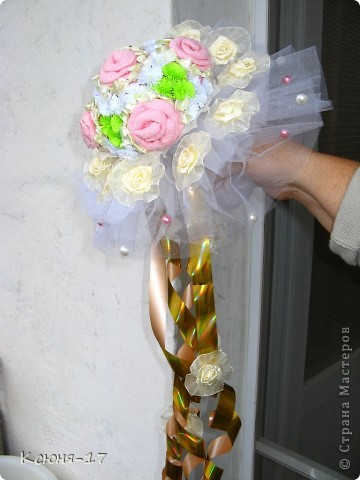 Здравствуйте, жители страны мастеров. в июне 2011 года выходила замуж моя младшая сестренка. Этот свадебный букетик был сделан по этому поводу.   фото 2