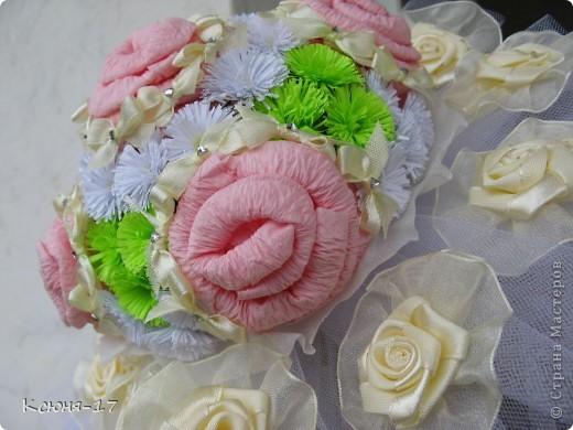 Здравствуйте, жители страны мастеров. в июне 2011 года выходила замуж моя младшая сестренка. Этот свадебный букетик был сделан по этому поводу.   фото 5