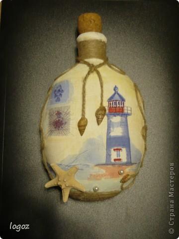 Как-то на даче я нашла старую бутылку-фляжку и сразу возникла идея её задекупажить в морском стиле. Единственная проблема-у бутылки закругленное дно и она не стоит. Эта сторона выпуклая. фото 1
