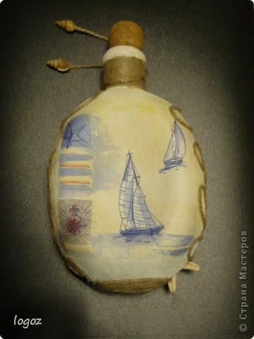 Как-то на даче я нашла старую бутылку-фляжку и сразу возникла идея её задекупажить в морском стиле. Единственная проблема-у бутылки закругленное дно и она не стоит. Эта сторона выпуклая. фото 3