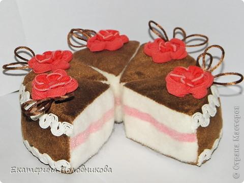 Я долго обдумывала этот тортик, подбирала материалы, потом долго шила, в итоге осталась довольна результатом, а самое главное, дочке понравилось им играть. Тортик состоит из 6 кусочков ,которые крепятся между собой на липучке (розовая прослойка), его можно резать ножичком и угощать гостей. фото 2