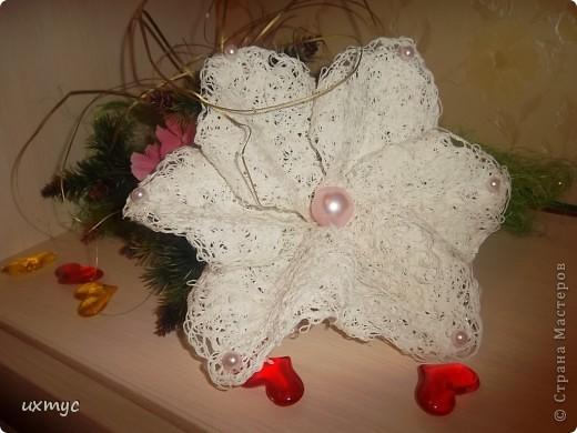 цветок склеен из ниток. фото 1