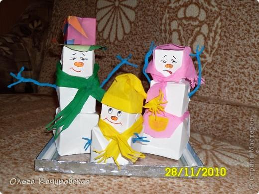 """Такие веселые снеговички жили у нас возле елочки в прошлом году. Дочка так наловчилась """"снежные кубики"""" делать - быстрее меня. Воспользовались МК Просняковой Татьяны Николаевны https://stranamasterov.ru/technics/snowman.html Татьяна Николаевна, спасибо Вам огромное!!!! фото 1"""