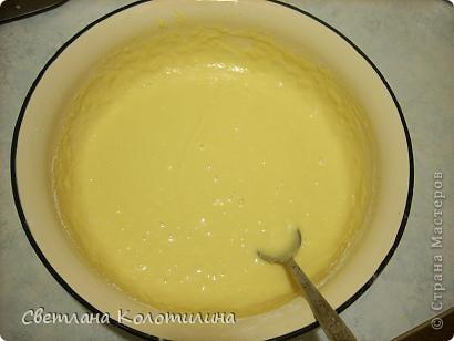 Для такого тортика понадобится: 400 г. муки, 4 желтка, пачка маргарина, стакан сахара, 200 г сметаны, чайная ложка соды, гашёной уксусом, соль, ванилин. Для крема: 200г сливочного масла 400г творога, стакан сахара, лимон, шоколад. фото 4