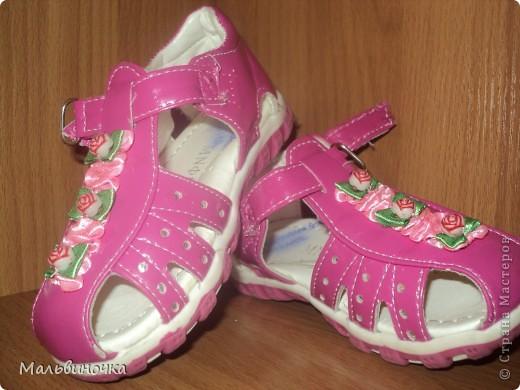 Наверно многие мамы встречались с проблемой,когда от детской обуви отрываются украшения.Вот и нас постигла такая беда,я нашла такой выход,хочу предложить и вам дорогие мамочки,бабушки,надеюсь кому-нибудь пригодится! фото 10