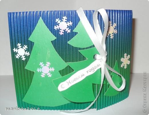 Скоро Новый год. Захотелось сделать интересную открытку. Вот что получилось. Использовала гофрированный и цветной картон. Украсила пластиковыми снежинками и  ленточкой. фото 1