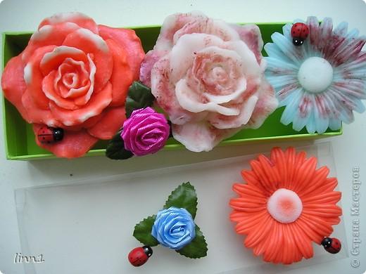 Вот такие розы и герберы цветут в моем сердце. Состав: мылная основа, масло шиповника, глицирин, витамины А, Е, отдушка  -роза фото 3