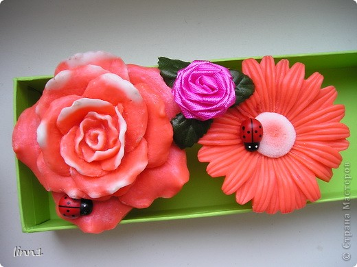 Вот такие розы и герберы цветут в моем сердце. Состав: мылная основа, масло шиповника, глицирин, витамины А, Е, отдушка  -роза фото 4