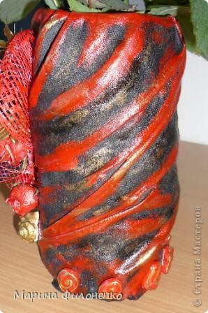 Здравствуйте, дорогие мастерицы! Идея в голову пришла быстро, когда под рукой не оказалось свободной вазы, а из под молока освободилась пластиковая бутылочка. Обклеила ее материалом, покрасила, а затем украсила упаковкой от цветов (сеточкой), покрашенными сухоцветами и речными камнями.  фото 3