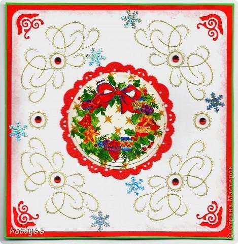 В 1843 году англичанин Хорслей нарисовал первую рождественскую открытку. 1000 экземпляров открытки были проданы в тот год в Лондоне. Издатель Луи Пранг популяризировал рождественские открытки - в 1845 году. он провел в Америке общенациональный конкурс на лучший дизайн рождественской открытки. Усовершенствование почтовой системы и удешевление почтовых отправлений позволили рассылать рождественские открытки множеству друзей во всех точках планеты.  С сайта http://www.etost.ru/day/rogdestvo/rogd7.shtml