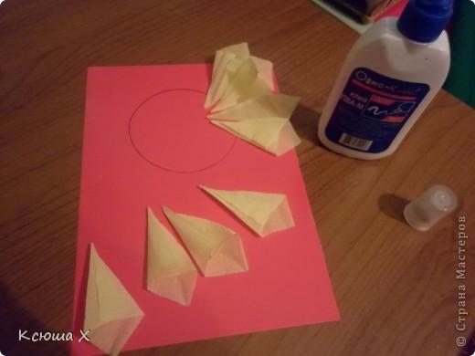 Материалы для работы: гофрированная бумага желтого, белого, зеленого и черного цвета, клей ПВА, ножницы, двусторонняя зеленая бумага, шаблоны для серединки подсолнуха и листа, картон  фото 4