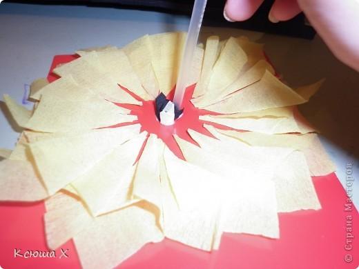 Материалы для работы: гофрированная бумага желтого, белого, зеленого и черного цвета, клей ПВА, ножницы, двусторонняя зеленая бумага, шаблоны для серединки подсолнуха и листа, картон  фото 7