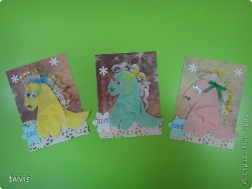 Спасибо Татьяне Лавровой-это у нее я увидела таких разноцветных дракончиков. Драконы сделаны из салфеток,кружева,подвижных разноцветных глазок и приклеены на бумагу для скрапа. фото 3