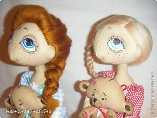 Доброго всем дня, вечера, ночи... Вот решила рассказать, как я делаю своих тыквоголовок... Может кому и пригодится. Итак, сшиты куклы из бязи, тонированы кофе+корица+ваниль+ПВА. Покрашены акриловыми красками. Волосы шерсть для валяния. Одежда хлопок, кружева, атласные ленты. Милый друг в этой ситуации - мишка, сшит также из бязи, тонирован, покрашен акрилом, использовала пуговицы для крепление лапок. фото 57