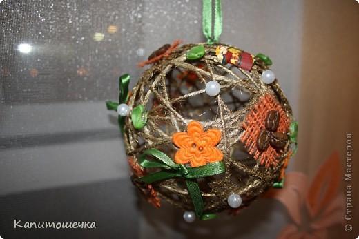 После шарика для себя - захотелось сделать и в подарок моей лучшей подруге....Получился вот такой нарядный и красивый шарик из шпагата.  фото 2