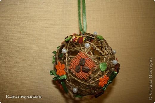 После шарика для себя - захотелось сделать и в подарок моей лучшей подруге....Получился вот такой нарядный и красивый шарик из шпагата.  фото 1
