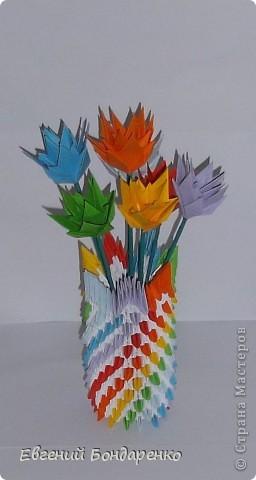 Эта вазочка сделана по МК пользователя Sal, вот ссылка: https://stranamasterov.ru/node/120116, А цветы сделаны из модулей трилистник : https://stranamasterov.ru/technics/trefoil