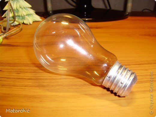 Если у вас есть старая перегоревшая лампочка (или новая если не жалко) - то я сейчас покажу как из нее сделать очень красивую игрушку на елку (или просто игрушку как украшение). Как только я увидела, что можно сделать из лампочек - расстроилась, так как только недавно перед этим выбросила перегоревшую лампочку из коридора. Но мое горе не было долгим - через неделю перегорела большая лампочка на кухне. Было бы чему радоваться=))) Теперь я дала задание родителям все перегоревшие лампочки хранить для меня. фото 2