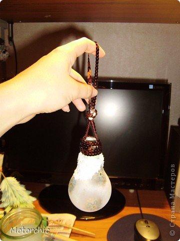 Если у вас есть старая перегоревшая лампочка (или новая если не жалко) - то я сейчас покажу как из нее сделать очень красивую игрушку на елку (или просто игрушку как украшение). Как только я увидела, что можно сделать из лампочек - расстроилась, так как только недавно перед этим выбросила перегоревшую лампочку из коридора. Но мое горе не было долгим - через неделю перегорела большая лампочка на кухне. Было бы чему радоваться=))) Теперь я дала задание родителям все перегоревшие лампочки хранить для меня. фото 17