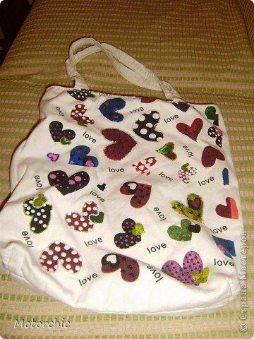 Еще с детства очень люблю разные сумки и болею ими. Заметила, что это у меня от мамы - у нее в молодости тоже сумок было немало. Вот только она их покупала тогда, а я в последнее время их люблю шить. Заметила что гармония восстанавливается при определенном количестве. Если одну выбросила - надо новую или купить или пошить. А так как покупать сейчас недешево, да и использоваться она скорее всего не будет (я уже научилась отводить голодный взгляд от сумочных прилавков) - я шью. Или перешиваю. фото 2