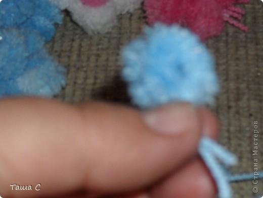 Сделано дерево из пряжи, которая состоит из пушистиков на нитке, трех цветов розовый, белый и голубой! Все шарфы вяжут, а я дерево соорудить решила, назвала его ПУШ фото 2