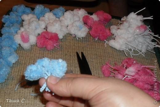 Сделано дерево из пряжи, которая состоит из пушистиков на нитке, трех цветов розовый, белый и голубой! Все шарфы вяжут, а я дерево соорудить решила, назвала его ПУШ фото 3