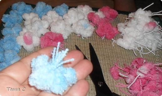 Сделано дерево из пряжи, которая состоит из пушистиков на нитке, трех цветов розовый, белый и голубой! Все шарфы вяжут, а я дерево соорудить решила, назвала его ПУШ фото 4