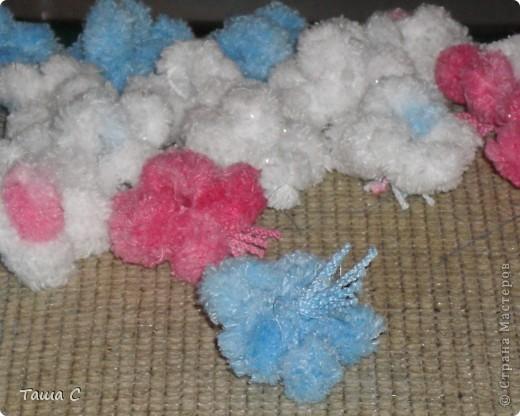 Сделано дерево из пряжи, которая состоит из пушистиков на нитке, трех цветов розовый, белый и голубой! Все шарфы вяжут, а я дерево соорудить решила, назвала его ПУШ фото 5