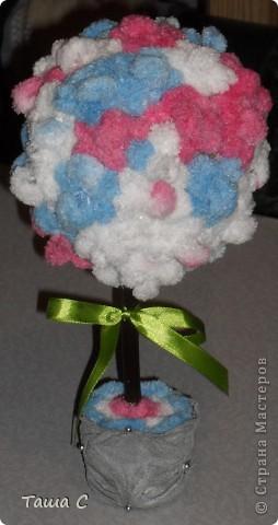 Сделано дерево из пряжи, которая состоит из пушистиков на нитке, трех цветов розовый, белый и голубой! Все шарфы вяжут, а я дерево соорудить решила, назвала его ПУШ фото 1