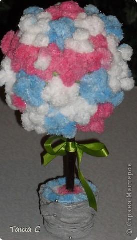 Сделано дерево из пряжи, которая состоит из пушистиков на нитке, трех цветов розовый, белый и голубой! Все шарфы вяжут, а я дерево соорудить решила, назвала его ПУШ фото 8