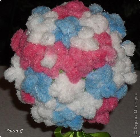 Сделано дерево из пряжи, которая состоит из пушистиков на нитке, трех цветов розовый, белый и голубой! Все шарфы вяжут, а я дерево соорудить решила, назвала его ПУШ фото 7