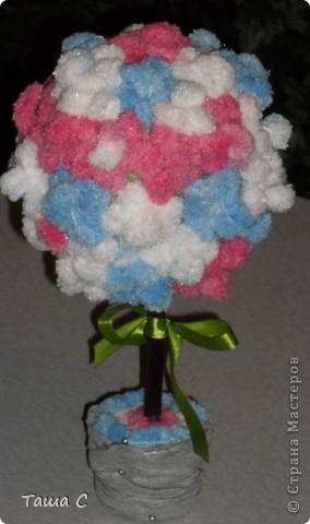 Сделано дерево из пряжи, которая состоит из пушистиков на нитке, трех цветов розовый, белый и голубой! Все шарфы вяжут, а я дерево соорудить решила, назвала его ПУШ фото 9
