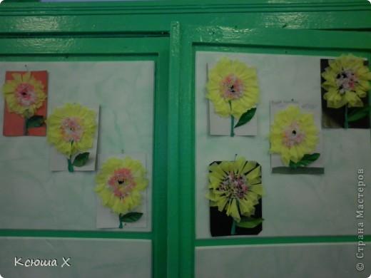 Материалы для работы: гофрированная бумага желтого, белого, зеленого и черного цвета, клей ПВА, ножницы, двусторонняя зеленая бумага, шаблоны для серединки подсолнуха и листа, картон  фото 15