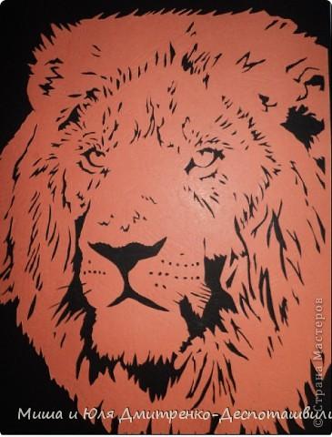 Лев одет в корону-гриву...