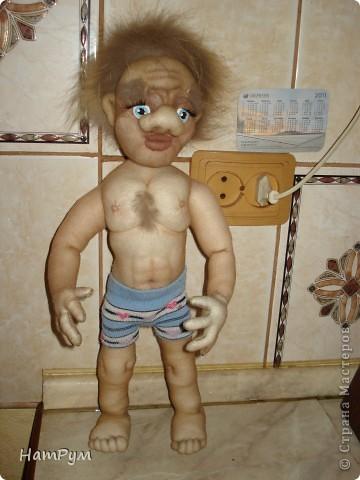С почином( это первая заказная кукла), все предыдущие просто раздаривала. Заказчик попался капризный: захотел Леприкона, нет - домового, но портретного, одетого в мешковину, нет - в комуфляж, нет - в джинсы и водолазку.... фото 6
