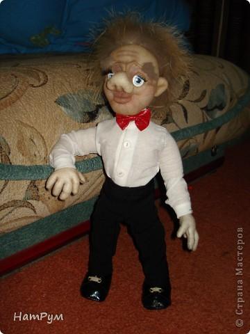 С почином( это первая заказная кукла), все предыдущие просто раздаривала. Заказчик попался капризный: захотел Леприкона, нет - домового, но портретного, одетого в мешковину, нет - в комуфляж, нет - в джинсы и водолазку.... фото 3