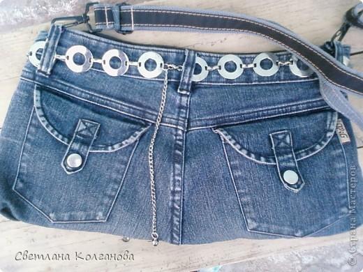 Были у меня старые джинсы, хотела их уже унести на мусорку, но решила извлечь из них еще какую-нибудь пользу. В телевизионной передаче увидела как из джинсов можно сделать сумочку и решила попробовать. Все шила вручную, так как швейной машинки у меня нет, а так бы это дело заняло не более получаса. Из затрат - только молния.  фото 1