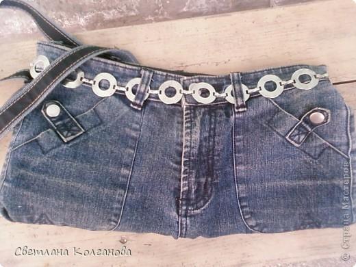 Были у меня старые джинсы, хотела их уже унести на мусорку, но решила извлечь из них еще какую-нибудь пользу. В телевизионной передаче увидела как из джинсов можно сделать сумочку и решила попробовать. Все шила вручную, так как швейной машинки у меня нет, а так бы это дело заняло не более получаса. Из затрат - только молния.  фото 2